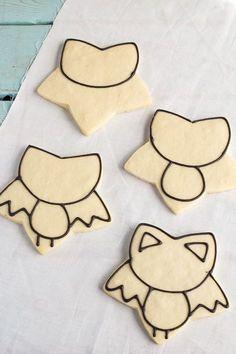 Easy Bat Cookies for Halloween- Girl bats by www.thebearfoootb… Easy Bat Cookies for Halloween- Girl bats by www. Cookies Cupcake, Candy Corn Cookies, Star Cookies, Fall Cookies, Galletas Cookies, Iced Cookies, Cute Cookies, Royal Icing Cookies, Cookies Et Biscuits