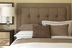 A good fabric headboard can do wonders to a room. To bring out the best in a bedroom design, home accessories and decor, creating a good fabric headboard would go a long way. Custom Headboard, Headboard Designs, Headboard Ideas, Black Headboard, Modern Headboard, Sofa Outlet, Cama King, How To Make Headboard, Ideas
