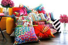 sala de estar com mix de almofadas estampadas coloridas juliana curi design.