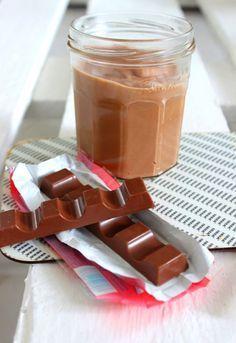 Ihr liebt Kinderschokolade? Dann seid ihr hier genau richtig. Rezept für Aufstrich aus Kinderriegeln. Alles was ihr braucht? 3 Zutaten und 10 Minuten Zeit!