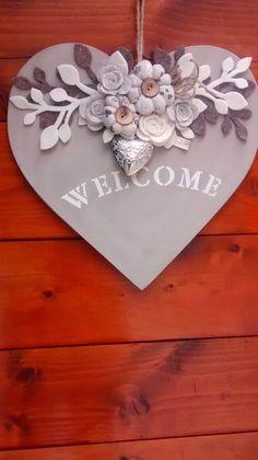 """Cuore fuori porta con scritta """"WELCOME"""", in legno. Ho realizzato i fiori in tessuto stampato e beige, mentre i rametti sono ... Wooden Hearts Crafts, Heart Crafts, Wood Crafts, Easy Diy Crafts, Diy Arts And Crafts, Crafts To Sell, Valentine Crafts, Valentines, Box Frame Art"""