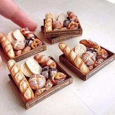 小さな木箱にいろんなパンを詰め込みました。 岩塩付きのでラウゲンブロートやプレッツェルなどもあります。 何気ないパンセットですが やってみたかったことに 挑戦して出来たパンセットでも あります。 ちょっとひと休みしようっと。 #ミニチュア#樹脂粘土#ハンドメイド#パン#ミニチュアフード#ドイツパン#fraise#miniature#clay#handmade#miniaturefood#bread#pretzel#instafood#yummy#yum#kawaii
