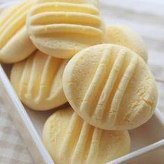 Receita de Biscoitinho de Leite Condensado - 200 g de maisena , 1/2 lata de leite condensado , 200 g de margarina sem sal , 2 gemas , 2 colheres (sopa) de a...