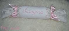 RULO con nombre bordado, esta vez con el nombre de Sarayma, este modelo en concreto es de los que más gustan, combinando piqué blanco y una tela de estrellas, con nombre y lazos en tonos rosa.   #rulo #bordado #niña #bebé #cojín #antivuelco