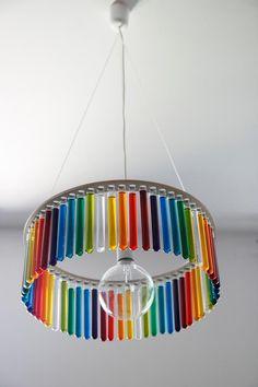 Una lámpara inspirada en la científica Marie Curie: toda con tubos de ensayo y miles de posibilidades creativas. Pani Jurek