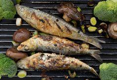 Sardinas, la trucha atlántica, la trucha arcoiris, la merluza negra y la sierra son cinco de los mejores pescados para asar a la parrilla. Comida Latina, Barbacoa, Sausage, Turkey, Cooking Recipes, Meat, Baking, Vegetables, Food