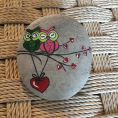Painted Rock Ideas - Do you need rock painting ideas for spreading rocks around your neighborhood or the Kindness Rocks Project? Here's some inspiration with my best tips! Pebble Painting, Pebble Art, Stone Painting, Diy Painting, Painted Rock Animals, Painted Rocks Craft, Hand Painted Rocks, Painted Stones, Rock Painting Ideas Easy