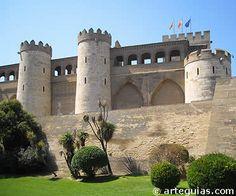 """""""La Aljafería de Zaragoza, que constituye el primer gran alcázar hispanoárabe en la península, fue levantado en el siglo XI por Abu Cha´far ben Sulayman al-Muqtadir (1041-1081), príncipe de la dinastía de los Banu Hud. Es un gran recinto de planta rectangular, defendido por dieciséis torres cilíndricas presididas por la monumental torre del Trovador, del siglo X y de planta rectangular. En el interior se sucedían los patios y los pabellones fastuosamente decorados."""""""