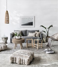 Mooie rustige ruimtes in lichte kleuren met een toefje zwart in de accessoires. Hier vooral grijstinten met natuurlijke accessoires...