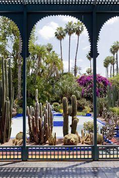 Vista de outro terraço da casa azul vibrante que hospeda o Museu Berbere
