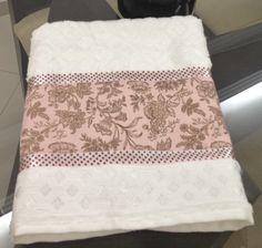 Toalha para lavabo com tecido e fita. http://adrianavivartedesign.blogspot.com.br/