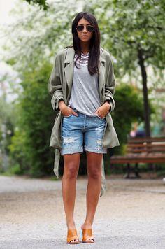 Street style look com shorts jeans, camiseta cinza e casaco verde.