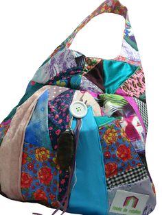 Bolsa artesanal feita com retalhos de tecidos. Cores fortes!