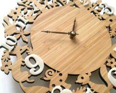 Nádherné drevené nástenné hodiny so zvieratkami z lesa.