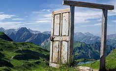 Indiferent cine sunt si unde am ajuns, exista o poarta deschisa care imi arata noi oportunitati. Viata este cea mai frumoasa calatorie...!