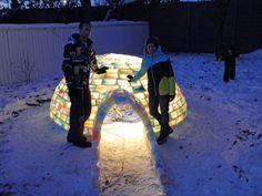 Pariskunta keräsi käytettyjä maitopurkkeja ja rakensi niiden avulla pihalleen upean iglun | Vivas