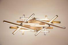 Fatta a mano! Plance di legno fissate con laltro e ciascuno ha stip LED allinterno.  Modello Lampada a sospensione in massello di frassino  Dimensioni h43cm L100cm W42cm  Materiale In legno massello Luce Striscia LED 7m (tra cui striscia Led e led adattatore) Tensione in ingresso 110V - 220v Lunghezza del cavo max di 140cm (lunghezza del cavo è regolabile) Peso apr. 6 kg Contenuto della confezione 1 X Lampadario, 2 adattatori led (alimentatori)