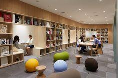 sinatoは、建築とインテリアの設計を中心に、新宿駅のような巨大施設から小さな住宅のリノベーションまで、都市的・社会的な視野から人間的尺度のデザインを追求する設計事務所です。 Public Library Design, Bookstore Design, School Library Design, School Architecture, Interior Architecture, University Interior Design, School Building Design, Bibliotheque Design, Library Furniture