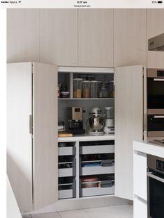 + aamupalakaappi, oven saranointi mutta kaappi saisi olla ylhäällä ns yläkaappien tilalla ja alas laatikot
