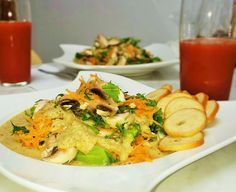 CIUPERCI CRUDE CU SOS DE SEMINTE Raw Vegan, Thai Red Curry, Meat, Chicken, Ethnic Recipes, Food, Essen, Meals, Yemek