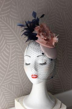 Tocado con bade rosa nude, plumas azules marino y nude y flor rosa nude hecha a mano detalles plateados, tocado madrina boda, tocados de Lolacoqueta en Etsy