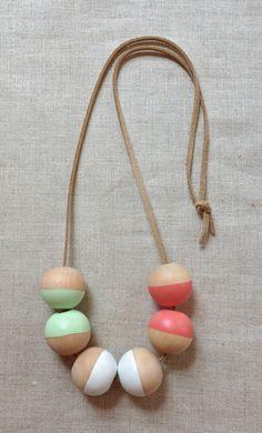 Collier de Perle en bois géométriques modernes par thislovesthat, $20.00