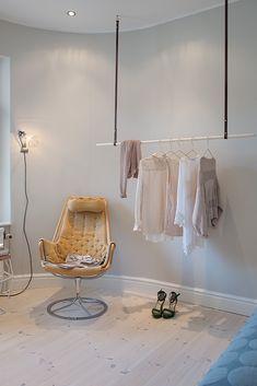 Snygg förvaring för kläderna i sovrummet på Kastellgatan 4. Säljs av Alvhem mäkleri och interiör.