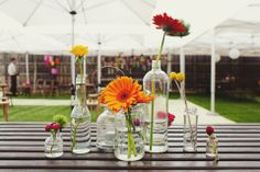 Bloemen in flesjes als bruiloftdecoratie | Flowers in glass jars and bottles | ThePerfectWedding.nl