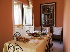 Gli ospiti possono fare colazione nell'angolo-breakfast ed ogni giorno troveranno un ricco cestino di prodotti naturali Sardi.