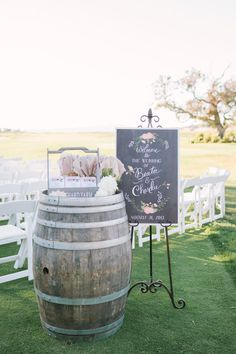 RUSTIC CHIC MEETS VINTAGE BARN WEDDING WITH A FRENCH TWIST / Welcome wedding sign / Photographer: Kirsten Julia /