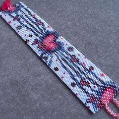 Ce modèle de bracelet peyote dispose dun coeur rose qui explose avec Amour poutres sur un fond bleu clair. Vous pouvez facilement changer les
