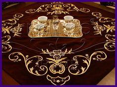 Maraş işi sırma masa örtüsü,altın sırma masa örtüsü modeli,kadife kumaş üzerine altın iple işlenen örtü