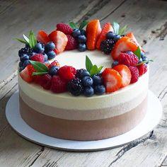 Terrific No Cost fruit cake decorating Style - yummy cake recipes Cheesecake Wedding Cake, Fruit Wedding Cake, Wedding Cakes, Strawberry Cake Decorations, Strawberry Cakes, Easy Cake Recipes, Dessert Recipes, Cake Decorated With Fruit, Fruit Cake Design