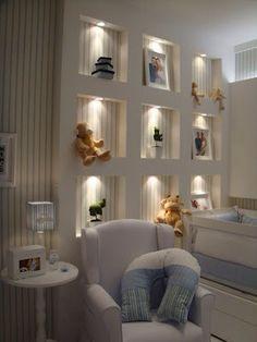 Nichos embutidos feitos de drywall, com iluminação de destaque nos brinquedos. #decorarepreciso #decoracao #iluminacao #drywall #mesdascriancas