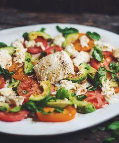Salade de tomates, avocats, mozzarina et basilic frais