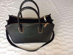 Sprzedam czarną torbę mieszcząca A4 Jest ze sklepu H&M Stan bardzo dobry (starałam sie pokazać wszystkie wady na zdjęciach...