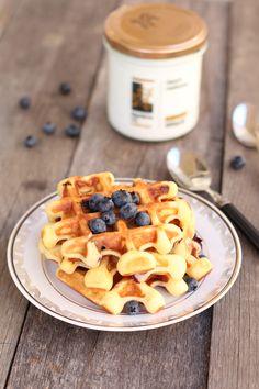Un mic dejun delicios cu waffles pufoase cu fructe. Reteta mea simpla de waffles cu iaurt, miere si afine este potrivita pentru micul dejun de weekend. Waffles, Cereal, Deserts, Dessert Recipes, Breakfast, Food, Sweet, Morning Coffee, Essen