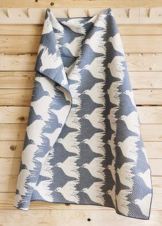 Yeah! These lovely birds are now flying across a bright blue sky. Design by: Cecilia Pettersson100 �0cotton. Jacquard woven.100 cm x100 cm.Packed in eco-friendly gift box.Care instructions: 40º C wash. Dry flat, reshape whilst damp. May shrink up to 5�