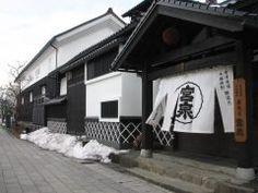 福島県会津若松市の鶴ヶ城から北にある会津酒造歴史館は別名會津 宮泉酒造  なんと実際に酒造りが行われている一番蔵を一般公開しています 会津酒造り400年の歴史と行程を再現した展示は見応え抜群 もちろん日本酒や焼酎の試飲や購入もできます  広大な建物は純和風の景観白虎隊長の一ノ瀬数馬邸の跡地でもあり白虎隊ファンにとっても押さえておきたい穴場のスポットでもあります  tags[福島県]