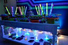 Festa Neon balada para crianças e adolescentes Neon Birthday, Birthday Goals, 13th Birthday Parties, 16th Birthday, Birthday Ideas, Happy Birthday, Glow Party, Disco Party, Movie Party