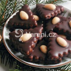 Fotografie receptu: Čokoládové trojhránky s mandlemi Czech Recipes, Desert Recipes, Muffin, Pudding, Cookies, Baking, Christmas Recipes, Breakfast, Advent