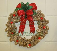 Guirlanda reciclada com base de papelão e flores de filtro de café