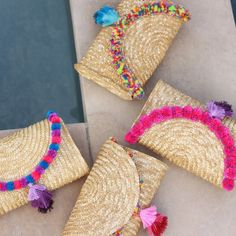 Handbags - NEW straw clutches with pompoms and tassel Diy Clutch, Diy Purse, Boho Bags, Handmade Bags, Leather Handle, Diy Clothes, Diy Fashion, Pink Purple, Straw Bag