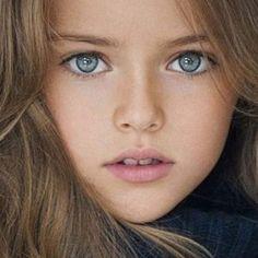 """""""Ecco com'è diventata la bambina più bella del mondo"""". No, non potete aver dimenticato questo bel faccino. In questa foto aveva 5 anni e oggi, che è cresciuta, la ritroviamo così"""