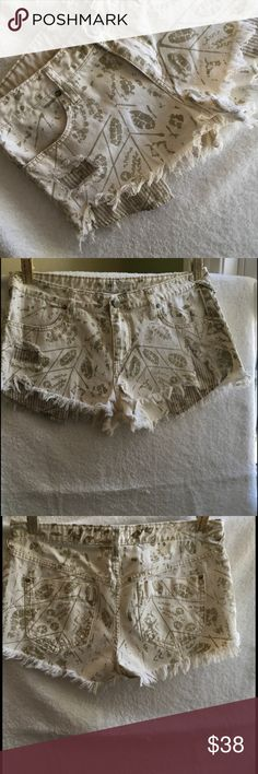 "FREE PEOPLE JEAN SHORTS, SIZE 29 FREE PEOPLE CREAM COLORED SHORTS, SIZE 29 100% cotton, machine wash cole  FRAYED BOTTOMS, creme colored with splotches of khaki waist 16"", length 12""    EUC Free People Shorts Jean Shorts"
