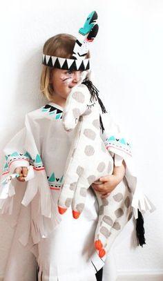 Indianer Kostüm: diese Verkleidung mit Pferd könnt ihr einfach selber basteln. Anleitung und free printable zum kostenlosen download für das Stirnband und Federstab sowie Ideen für Schminke. Perfekt nicht nur zum Karneval oder Fasching - auch für die Indianerparty oder Indianergeburstag für Mädchen und Jungen. Indianerin Kleid und Häuptling Umhang nicht nur für Kinder - auch für Frauen und Männer ein tolles Gruppen Motto! Cool DIY Costume for your party, carneval or Birthday…