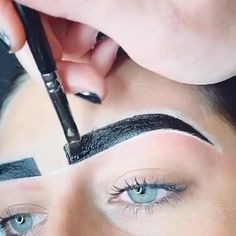 That crispness of the perfect henna strokes! 😍 always leaves us in awe! We can't wait to see more of this beautiful work soon! Eyebrow Lift, Eyebrow Makeup Tips, Permanent Makeup Eyebrows, Eyebrow Tinting, Celebrity Eyebrows, Henna Eyebrows, Eyebrow Before And After, Applis Photo, Dark Skin Makeup