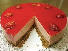 A Torta Mousse de Morango é fácil de fazer, deliciosa e perfeita para ser a…