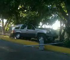 Camioneta abandonada en el camellón de los carriles laterales de la avenida López Mateos a su cruce con avenida Inglaterra. Reportero Ciudadano: Alejandro Ramírez Pérez