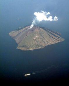 Stromboli Stromboli è un'isola dell'Italia appartenente all'arcipelago delle isole Eolie, in Sicilia. Si tratta di un vulcano attivo facente parte dell'Arco Eoliano.